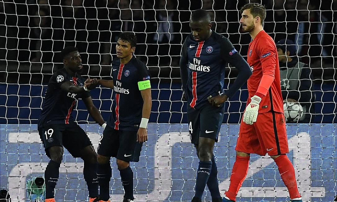 Abatido, Thiago Silva é consolado por Serge Aurier após o gol de empate do Manchester City contra o Paris Saint-Germain FRANCK FIFE / AFP