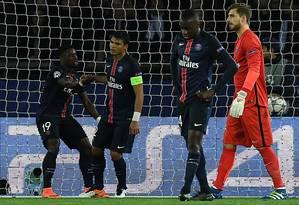 Abatido, Thiago Silva é consolado por Serge Aurier após o gol de empate do Manchester City contra o Paris Saint-Germain Foto: FRANCK FIFE / AFP