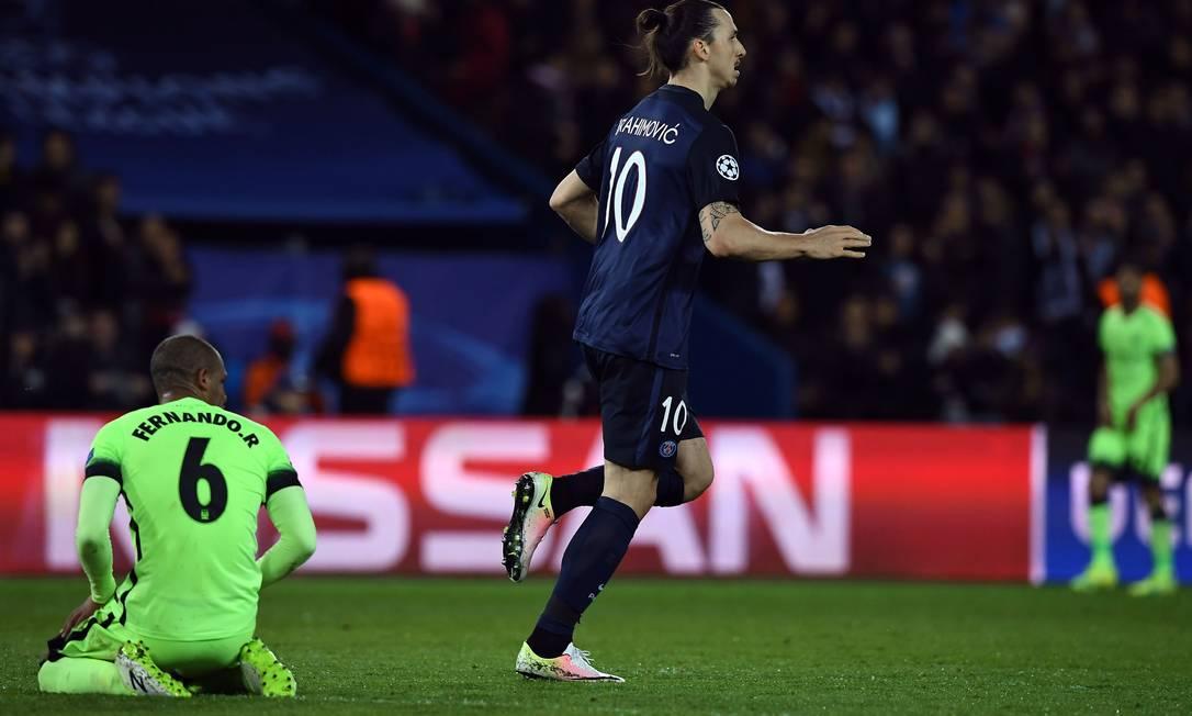Atônito, Fernando, do Manchester City, vê Ibrahimovic, do PSG, comemorar um gol sem querer em Paris FRANCK FIFE / AFP