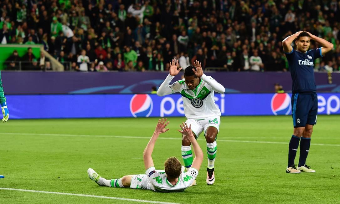 Casemiro, do Real Madrid, leva a mão à cabeça ao fazer pênalti em Schüerrle na derrota para o Wolfsburg JOHN MACDOUGALL / AFP
