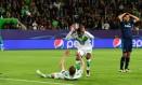 Casemiro, do Real Madrid, leva a mão à cabeça ao fazer pênalti em Schüerrle na derrota para o Wolfsburg Foto: JOHN MACDOUGALL / AFP