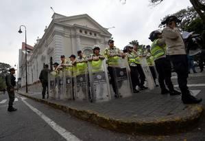 Polícia monta guarda em frente à sede da Assembleia Nacional, em Caracas Foto: JUAN BARRETO / AFP
