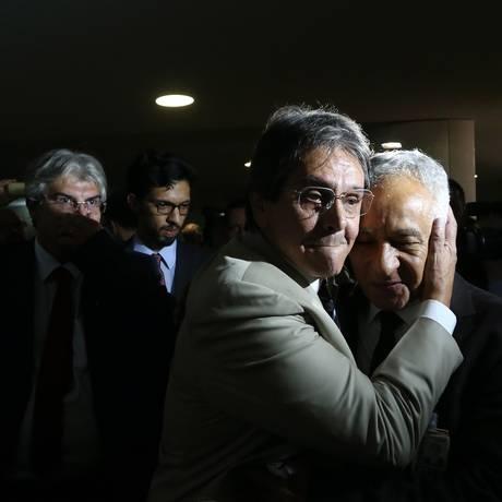 O ex-deputado Roberto Jefferson é abraçado ao voltar ao Congresso Nacional Foto: André Coelho / Agência O Globo