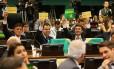 Parlamentares da comissão especial do impeachment protestam com cartazes no plenário