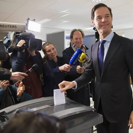 Premier holandês Mark Rutte vota em referendo sobre acordo de associação entre a Ucrânia e a União Europeia Foto: MICHAEL KOOREN / REUTERS