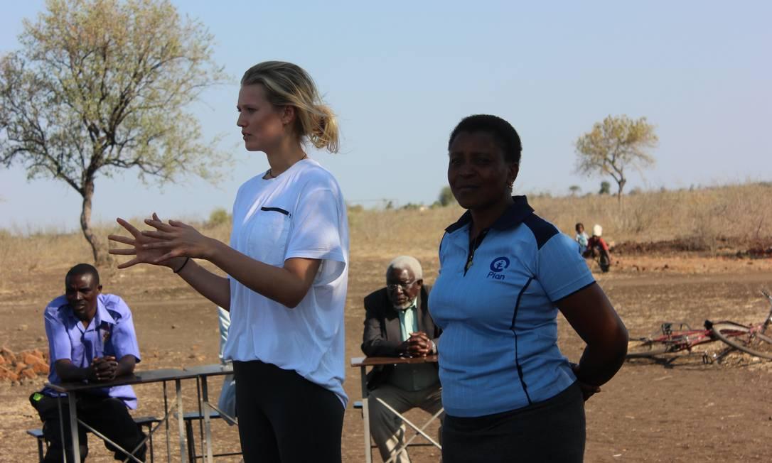 Toni Garrn em missão humanitária na África Arquivo Pessoal