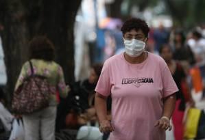 Em, São Paulo, mulher tenta se proteger do vírus com máscara Foto: Agência O Globo / Marcos Alves