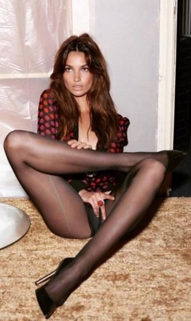 Lily Aldridge, a angel roqueira da Victoria's Secret, aparece em pose sexy. Mert disse que a foto não teve retoque ou filtro Reprodução/ Instagram