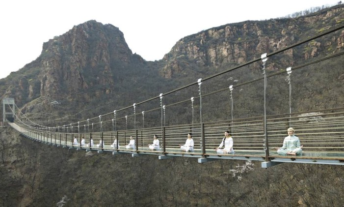 Ponte de vidro suspensa de Fuxishan, Zhengzhou, na província de Henan, na China Foto: CHINA DAILY / REUTERS