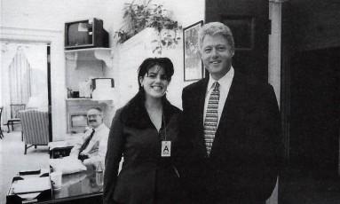 Affair. Foto do presidente dos Estados Unidos Bill Clinton ao lado de Monica Lewisky, ex-estagiária na Casa Branca com quem teve um relacionamento extraconjugal Foto: Official White House photo 17/11/1195 / AP