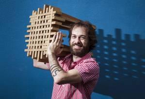 Novos marceneiros. Marcos Husky levou seis meses para fazer o banco 'Trama' Foto: Leo Martins / Agência O Globo