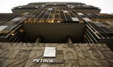 Impasse. Direção da Petrobras tem que decidir se gasta mais para concluir as obras ou abandona projetos Foto: O Globo / Guilherme Leporace