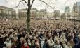 Manifestação. Milhares de pessoas contrárias à eutanásia aguardam nas ruas pela decisão do Senado holandês