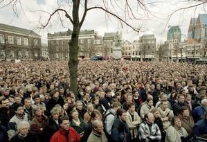 Manifestação. Milhares de pessoas contrárias à eutanásia aguardam nas ruas pela decisão do Senado holandês Foto: Serge Ligtenberg 10/04/2001 / AP