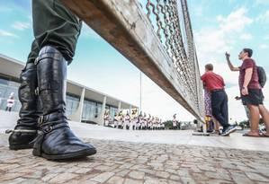 A bota de um dos agentes de segurança que vigiam do lado de fora do Palácio do Planalto Foto: André Coelho/8-4-2016