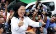 Keiko Fujimori saúda eleitores após votar em Lima