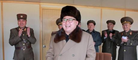 Foto divulgada por agência estatal de notícias norte-coreana mostra Kim Jong Un assistindo a teste de um novo sistema de armas Foto: KCNA / REUTERS