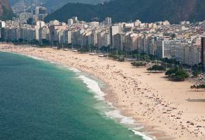 A orla de Copacabana, onde imóveis são sujeitos a taxas Foto: Paula Huven / Agência O Globo