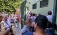 Fila em posto de saúde na Vila Madalena, SP, para vacina contra gripe