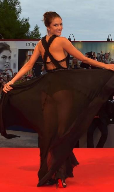 No Festival de Cannes de 2015, a top escolheu um look atrevido para a exibição de 'Spotlight' GIUSEPPE CACACE / AFP