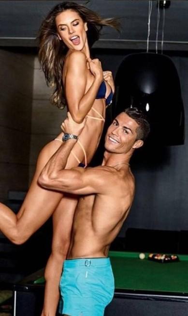 Com Cristiano Ronaldo, em ensaio recente para a 'GQ' Reprodução/Instagram/Alessandra Ambrosio