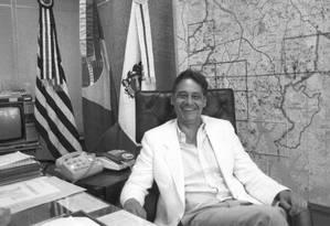 Antes da hora. FH sorri sentado na cadeira de prefeito Foto: Reginaldo Manente/14-11-1985