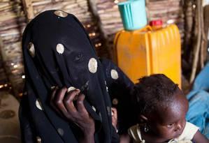 Foto divulgada pelo Unicef mostra uma mulher e sua filha ao chegarem ao campo de refugiados de Minawao, no norte dos Camarões: violência do Boko Haram no Nordeste da Nigéria provocou deslocamento generalizado Foto: KAREL PRINSLOO / AFP
