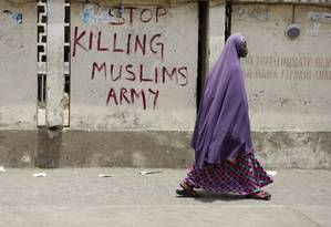 Mulher caminha pelas ruas de Kano, na Nigéria Foto: Sunday Alamba / AP