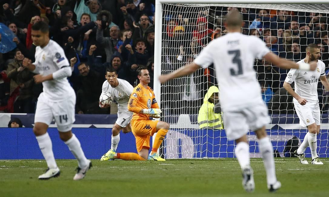 Cristiano Ronaldo marca sobre o Wolfsburg Sergio Perez / REUTERS