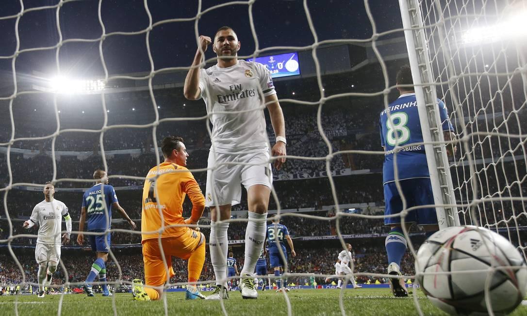 Benzema vai buscar a bola no fundo da rede após Cristiano Ronaldo marcar o segundo gol do Real Madrid na vitória sobre o Wolfsburg Sergio Perez / REUTERS