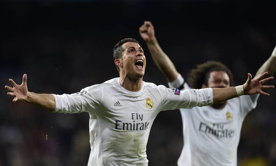 Cristiano Ronaldo e Marcelo comemoram o terceiro gol do Real Madrid contra o Wolfsburg JAVIER SORIANO / AFP