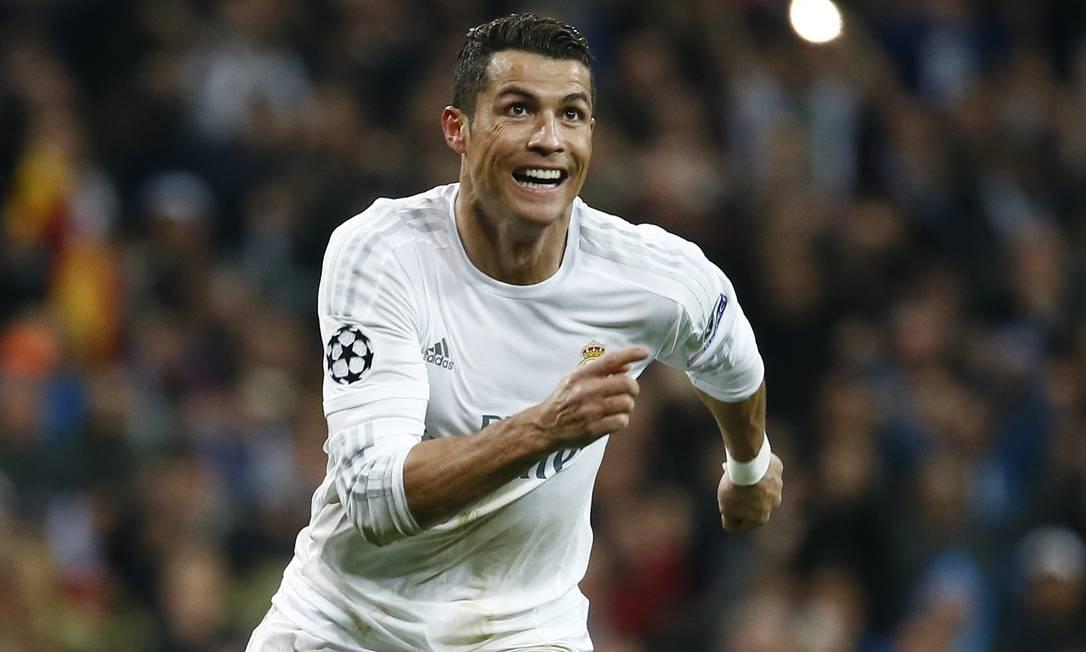 Cristiano Ronaldo corre para comemorar seu terceiro gol na vitória do Real Madrid sobre o Wolfsburg Juan Medina / REUTERS