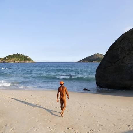Naturistas dizem que falta de infraestrutura estimula pratica de orgias na Praia do Abricó Foto: Fabio Rossi / Agência O Globo