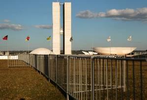 Grades e cercas foram colocados em frente do Congresso Nacional para dividir os manifestantes pró e contra o impeachment Foto: Jorge William / Agência O Globo 12/04/2016