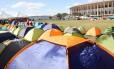 Chegando. Militantes de movimentos sociais, como MST e CUT, acampam à espera da votação