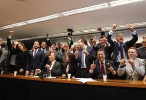Fora do barco. Deputados do PP comemoram a decisão tomado por ampla maioria do partido de deixar o governo Dilma: sigla era tida como maior esperança do governo para conseguir barrar o impeachment no plenário da Câmara Foto: Givaldo Barbosa / Agência O Globo / 12-4-2016