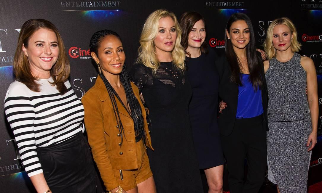 "Da esquera para a direita: Annie Mumolo, Jada Pinkett Smith, Christina Applegate, Kathryn Hahn, Mila Kunis e Kristen Bell: o elenco de ""Bad Moms"" Andrew Estey / Andrew Estey/Invision/AP"
