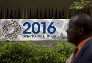 Cartaz do encontro de primavera do FMI em Washington Foto: Andrew Harrer / Bloomberg