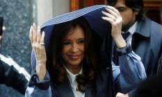 Ex-presidente Cristina Kirchner acena para simpatizantes enquanto deixa a sua casa para ir ao tribunal de Buenos Aires Foto: AGUSTIN MARCARIAN / REUTERS
