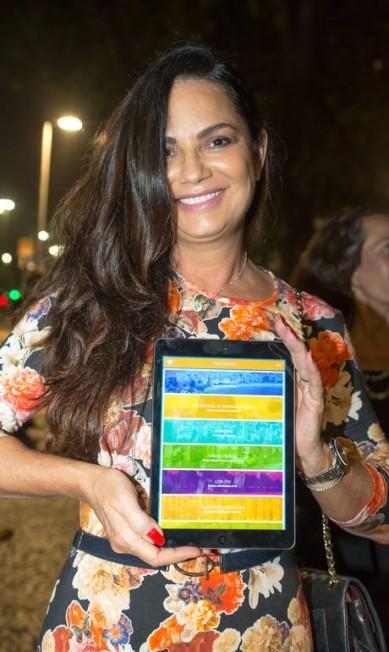 Luiza Brunet mostra a tela do aplicativo Mariana Annunziato