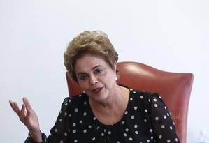 Dilma Rousseff durante entrevista coletiva em seu gabinete no Planalto Foto: André Coelho / Agência O Globo