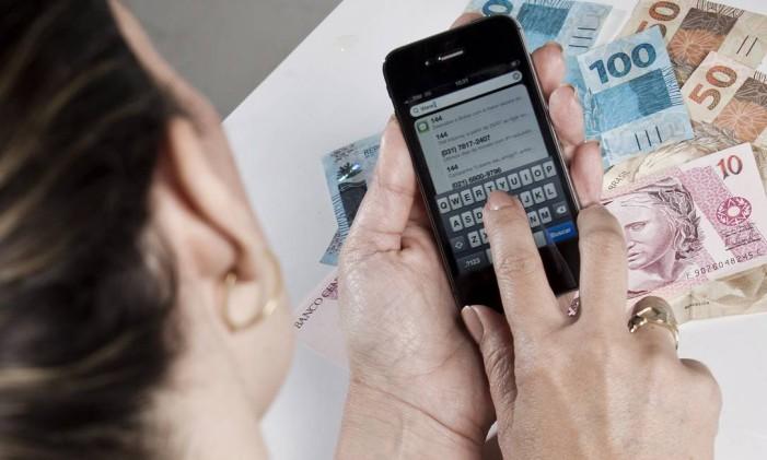 O turista brasileiro ainda não se acostumou a comprar pacotes pelo celular Foto: Guito Moreto / Arquivo/O Globo