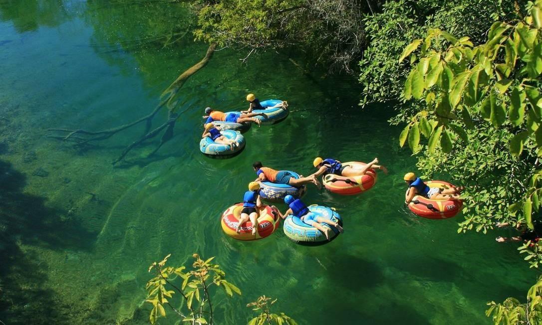O boia-cross, que consiste em flutuar a bordo de boias em rios e lagos, é outra atividade bastante popular entre os turistas em Bonito Foto: Divulgação / .