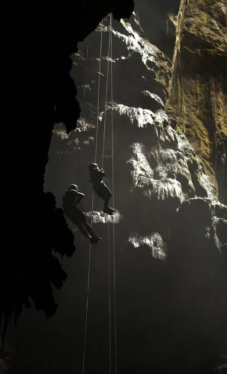 O rapel no Abismo Anhumas é para os corajosos. A descida na caverna tem uma altura equivalente a 26 andares Foto: Eduardo Vessoni / .