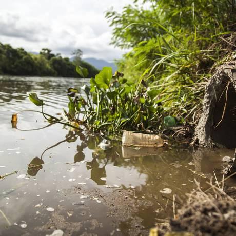 Cano instalado há um mês desemboca no Rio Morto Foto: Hermes de Paula