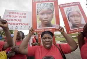 """Membros da organização """"Traga de volta as nossas meninas"""" participam de marcha pela libertação das jovens sequestradas pelo Boko Haram em Lagos Foto: PIUS UTOMI EKPEI / AFP"""