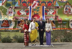 William e Kate são recebidos por monarcas do Butão Foto: AP