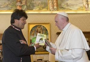 Evo Morales dá de presente livros sobre a folha de coca ao Papa Foto: Alessandra Tarantino / AP