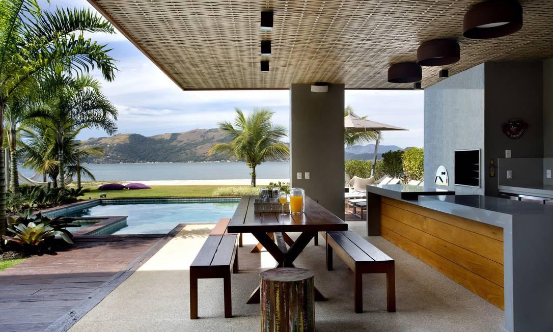 O quiosque, de frente para o mar e a piscina, tem telhado de palhinha artesanal Foto: Divulgação
