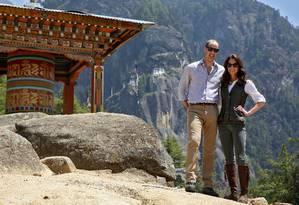 Príncipe William e a duquesa de Cambridge, Kate Middleton, posam para foto em frente templo budista Paro Taktsang Foto: CATHAL MCNAUGHTON / REUTERS